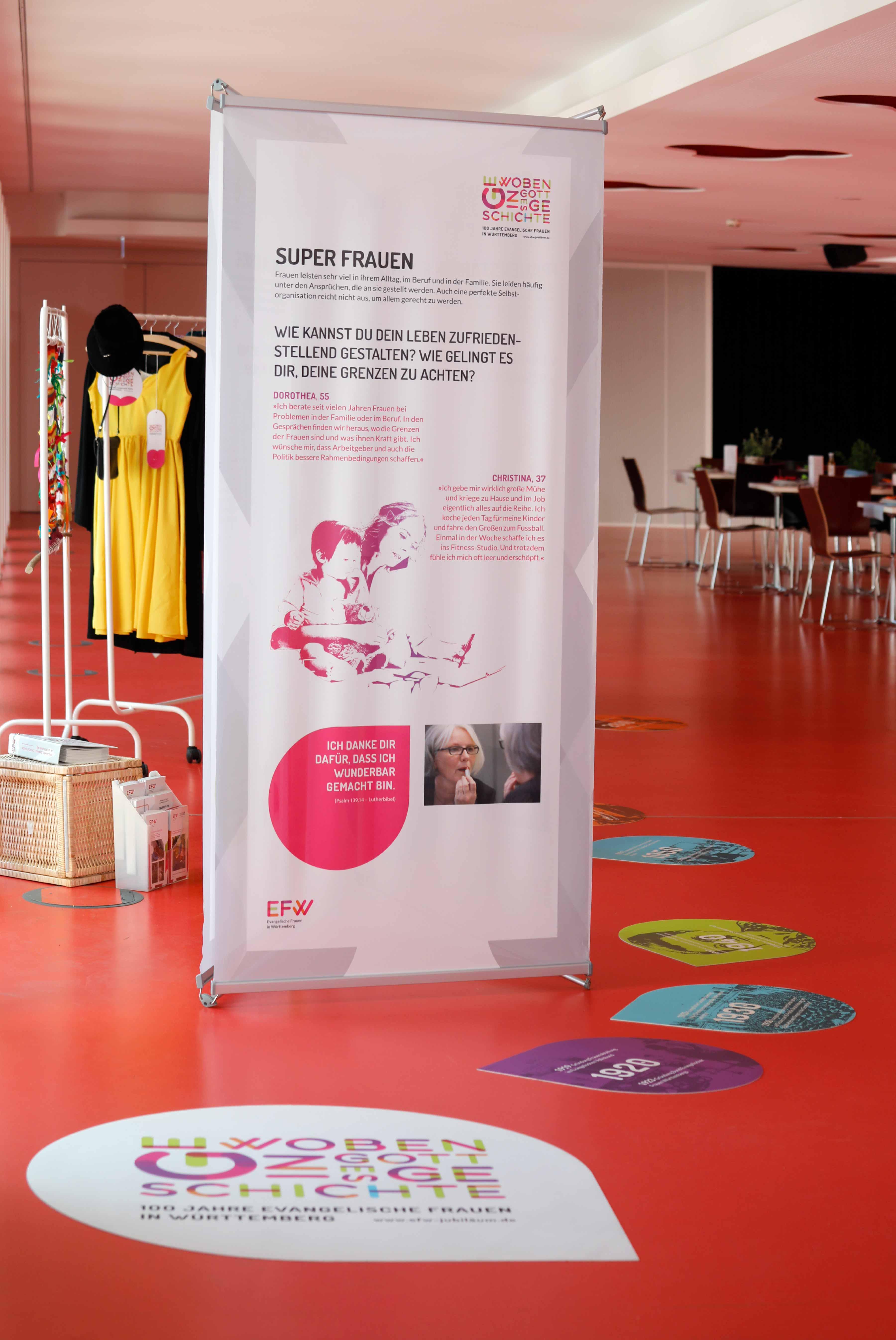 Ausstellungsdesign Grafik auf dem Boden