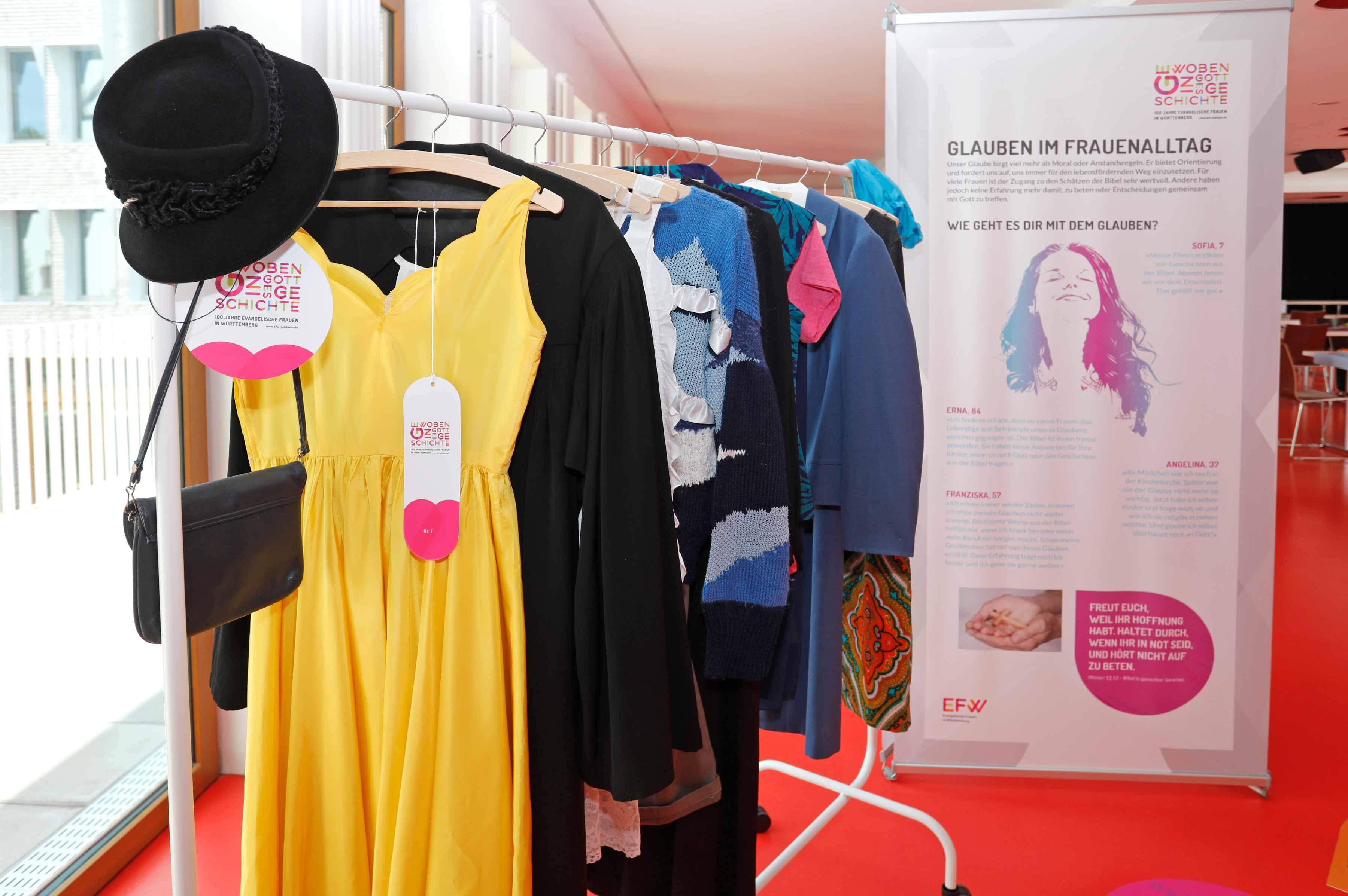 Ausstellung Design Roll Up und Kleiderständer